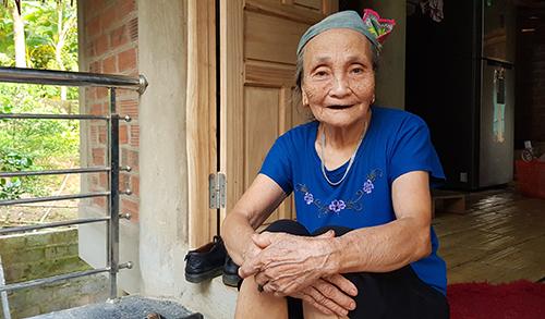 Bà nội Tiến Dũng dù tuổi cao nhưng chưa bỏ trận bóng nào có U23 Việt Nam thi đấu. Ảnh: Lê Hoàng.