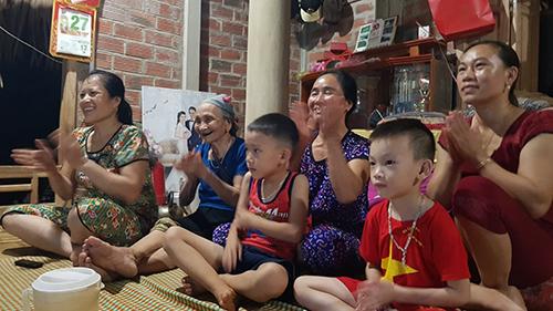 Mẹ thủ thành Bùi Tiến Dũng (ngoài cùng bên trái), cổ vũ cho con trai tại quê nhà. Ảnh: Lê Hoàng.