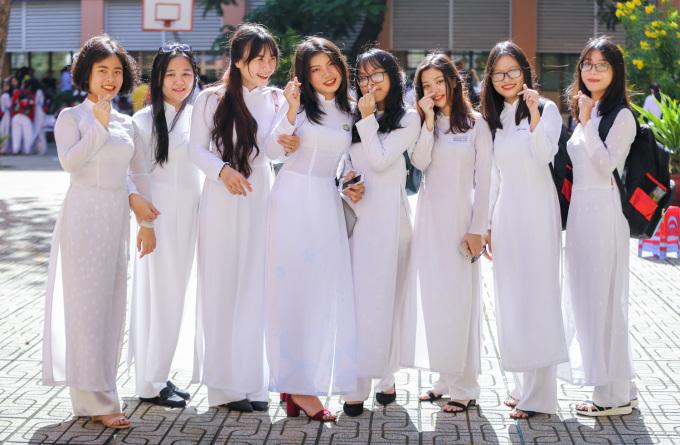 """<p class=""""Normal""""> Sáng 5/9, hơn 1,6 triệu học sinh các cấp ở TP HCM bước vào năm học mới 2018-2019. Tại trường THPT Nguyễn Chí Thanh (quận Tân Bình, TP HCM), nữ sinh trong trang phục áo dài trắng rạng rỡ đến trường.</p>"""