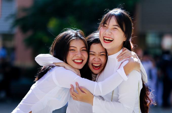 """<p class=""""Normal""""> Sau ba tháng hè, các cô cậu học trò tươi cười ôm chầm lấy nhau trong niềm vui ngày đầu năm học.</p>"""
