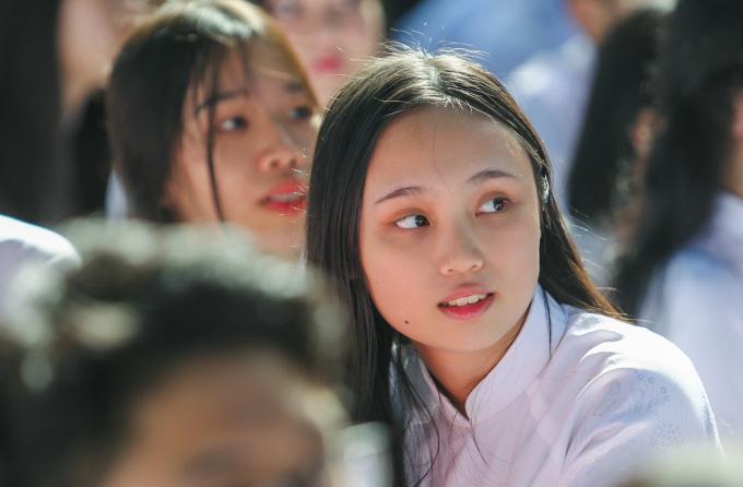 """<p class=""""Normal""""> Tại trường THPT Lê Quý Đôn (quận 3), lễ khai giảng cũng diễn ra ngắn gọn. Các học sinh của trường đều có mặt đông đủ, cùng hiệu trưởng gióng lên tiếng trống khai trường.</p>"""