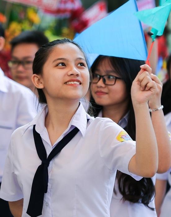 """<p class=""""Normal""""> Gần 700 học sinh khối 10 của trường THPT Nguyễn Chí Thành có màn diễu hành cùng giáo viên chủ nhiệm """"chào sân"""" với những anh chị khóa trên.</p>"""