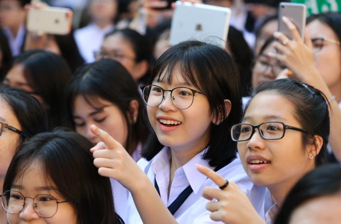 """<p class=""""Normal""""> Các tiết mục văn nghệ mừng năm học mới rộn ràng, thu hút học sinh chăm chú theo dõi .</p>"""