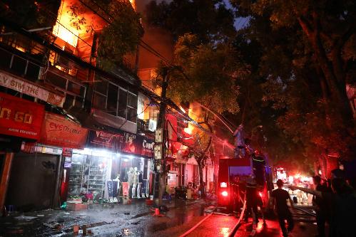 Ngọn lửa lan rộng ra nhiều cửa hàng gần bệnh viện Nhi Trung ương. Ảnh: Ngọc Thành