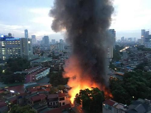 Đám cháy khiến cột khói đen bốc cao. Ảnh: Gia Chính