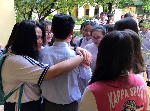 Nhiều học trò bật khóc, níu kéo thầy hiệu trưởng. Ảnh: Thu Trang.
