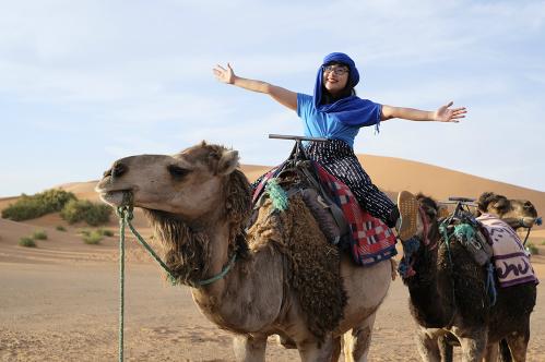 Chị Nguyệt Minh trải nghiệm cưỡi lạc đà ở Morocco. Ảnh: NVCC