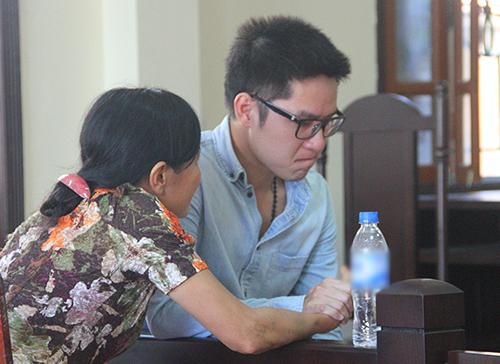 Bị cáo Kiên khóc khi nói chuyện với mẹ tại tòa. Ảnh: Đức Hùng