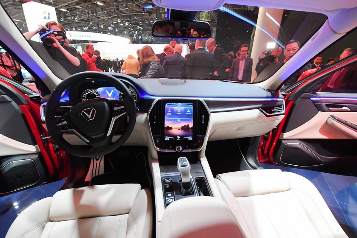 VF PMS 110 JPG 1200x0 1542687915 VinFast Lux SA2.0 - xe 7 chỗ giá gần 2 tỷ