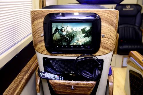 Trên xe Hyundai President, hành kháchcó thể xem Tivi trực tuyến, kết nối facebook với màn hình Apple Tivi, truy cập Internet không giới hạn vàchơi games.  Hyundai President được trang bị hệ thống âm thanh loa cao cấp với 4 loa, 1 subwoofer và 1 ampli Harman, giúp người ngồi được trải nghiệm âm thanh tốt nhất từ nhữnggiai điệu, bộphim hay. Hệ thống đèn LED trang trí, đèn đọc sách công tắc riêng biệt cho từng ghế. Cửa sổ trời paranoma siêu rộng.