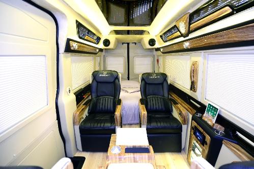 Hai ghế đảo chiều đối diện với hàng ghế VIP thượng lưu, giúp chủ nhânđối tác có thể ngồi trao đổi trực tiếpvới nhau.Hyundai President được nhiều ngườiví như một phiên bản Limousine khổng lồ, nhưng không kém phần sang trọng và tinh tế.