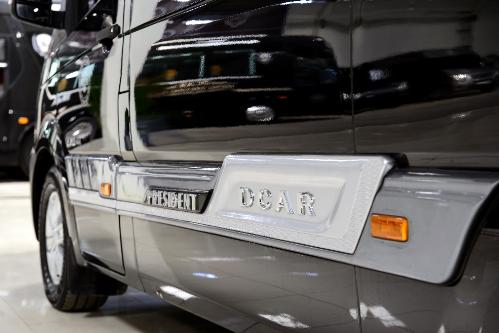 Chiếc xe có vẻ ngoài cuốn hút, lịch lãm, sang trọng thể hiện cá tính riêng của giới Doanh nhân. Thân xe trang bị bộ body kit ốp hông mạnh mẽ lấy cảm hứng từ dòng xe Land Rover của Anh quốc.