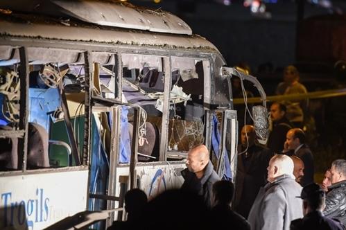 Kính cửaxe buýt vỡ sau vụ nổ. Ảnh: AFP.