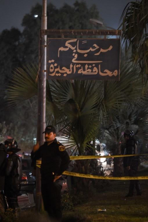 <p> Lực lượng an ninh Ai Cập lập tức sơ tán người bị nạn khỏi hiện trường và đưa đi cấp cứu. Một nguồn tin ở bệnh viện al-Haram, nơi người thương vong được chuyển tới, cho biết 4 người bị gãy xương, những người còn lại bị bầm tím.</p>