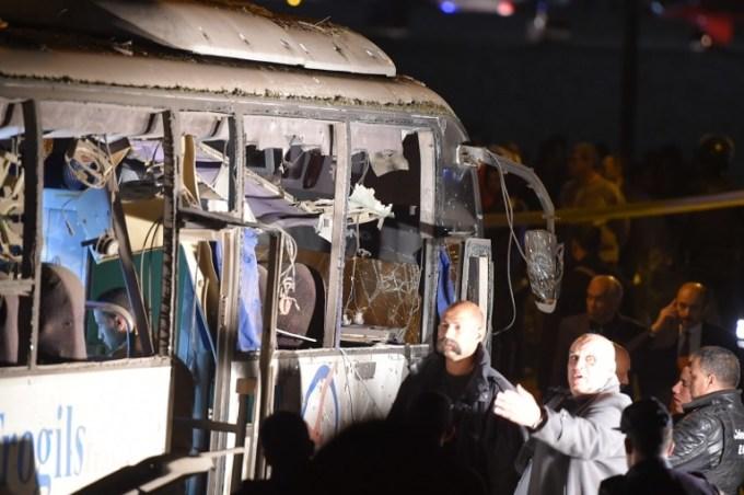 """<p> Thủ tướng Ai Cập Mostafa Madbouly đã đến thăm các du khách bị thương trong bệnh viện Al Haram. Ông cho hay """"xe buýt đi chệch khỏi tuyến đường được lực lượng an ninh đảm bảo"""" và Ai Cập đã liên hệ với đại sứ quán Việt Nam để """"chăm sóc người bị thương và giảm tác động sự việc"""".Tuy nhiên, tài xế sau đó nói rằng ông không đi chệch khỏi tuyến đường.</p> <p> An ninh Ai Cập sau đó cũng nhanh chóng huy động phương tiện kéo chiếc xe bị đánh bom tới nơi khác.</p>"""