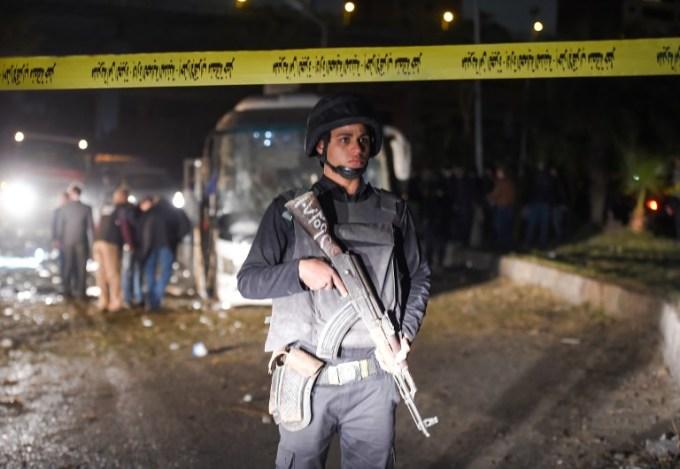 <p> Bộ trưởng Tư pháp Nabil Ahmed Sadiq ra lệnh điều tra khẩn cấp về vụ tấn công, điều động các quan chức cấp cao tới hiện trường điều tra, tìm kiếm nhân chứng và tìm hiểu lời khai của người bị nạn.<br /> Ông cũng ra lệnh cơ quan pháp y báo cáo kết quả khám nghiệm và nguyên nhân cái chết, mẫu vật lấy từ hiện trường để xác định vật liệu sử dụng trong vụ nổ. Cơ quan công tố cũng ra lệnh kiểm tra camera giám sát trong khu vực xung quanh tai nạn.</p>