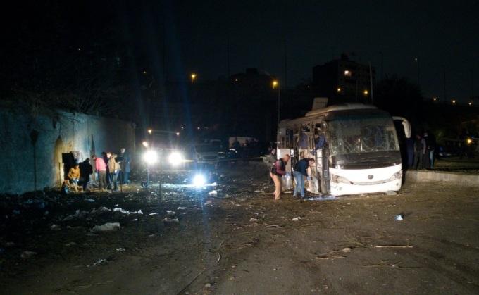 <p> Khoảng cách từ lỗ thủng trên tường bị nghi là nơi giấu thiết bị nổ tự chế và chiếc xe buýt chở du khách Việt. Ảnh: <em>Twitter</em>.</p>