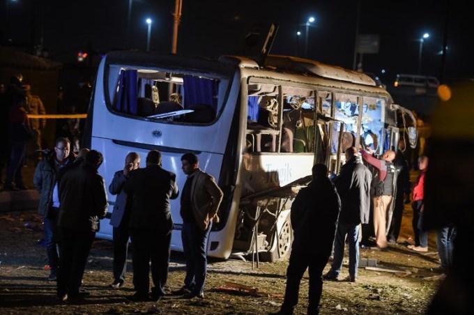 <p> Chưa có nhóm nào đứng ra nhận trách nhiệm vụ đánh bom. Nhiều nhóm Hồi giáo cực đoan, bao gồm các tay súng thân phiến quân Nhà nước Hồi giáo (IS) tự xưng, đang hoạt động ở Ai Cập và từng nhắm mục tiêu vào du khách nước ngoài.<br /><br /> Cuộc tấn công diễn ra khi ngành công nghiệp du lịch đóng vai trò quan trọng với kinh tế Ai Cập đang có dấu hiệu hồi phục sau nhiềunăm trong tình trạng ảm đạm vì bất ổn chính trị và bạo lực sau cuộc nổi dậy lật đổ cựu lãnh đạo Hosni Mubarak năm 2011.</p>