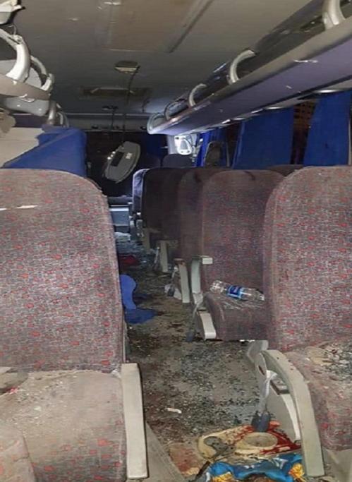 <p> Những vệt máu loang lổ bên trong chiếc xe buýt bị tấn công.Cửa sổ xe buýt vỡ nát, trên sàn xe đầy mảnh kính.</p>