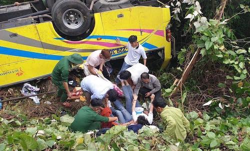 Lực lượng chức năng cứu hộ người gặp nạn. Ảnh: Ngọc Rạng