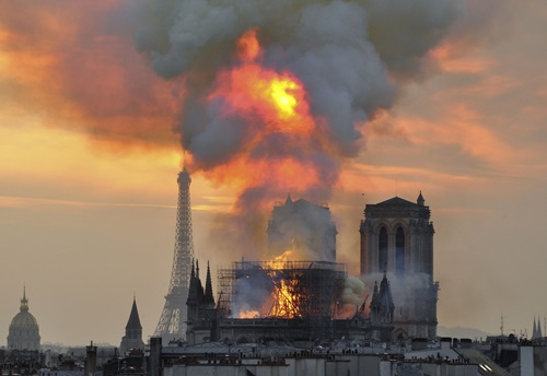 Khói và lửa bốc lên từ Nhà thờ Đức Bà Paris trong vụ hỏa hoạn hôm 15/4. Ảnh: Reuters.