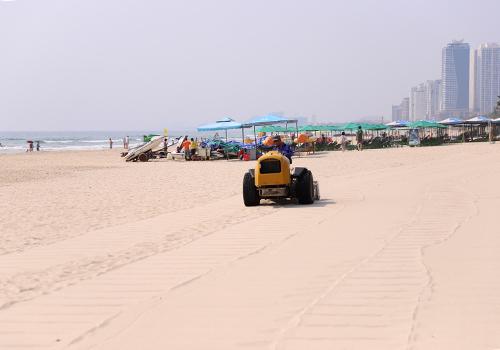 Bãi cát phẳng lì sau khi được sàng lọc. Ảnh: Nguyễn Đông.