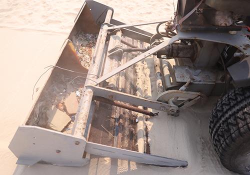 Hệ thống phía sau sẽ xúc cát và đưa vào lưới sàng lấy rác. Ảnh: Nguyễn Đông.