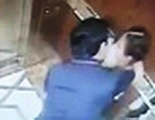 Ông Linh ôm ghì bé gái trong thang máy.