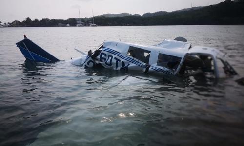 Hiện trường vụ máy bay lao xuống biển ở đảo Roatan, Honduras hôm 18/5. Ảnh: AFP.