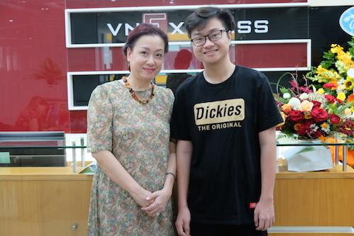 Chị Thúy Anh và Hồ Anh Minh -Cậu con trai thứ hai chọn học tại Swinburne (Vietnam).