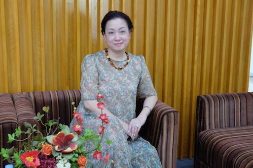 Chị Thúy Anh cho rằng học chương trình quốc tế tại Việt Nam giúpconcó thời gian học, lạimở rộng mối quan hệ.