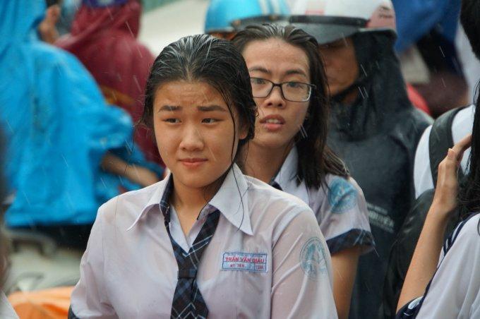 """<p class=""""Normal""""> <span>Gần hết giờ thi môn Toán chiều 25/6, trời TP HCM đổ cơn mưa lớn khiến nhiều thí sinh phải đội mưa ra về.</span></p>"""