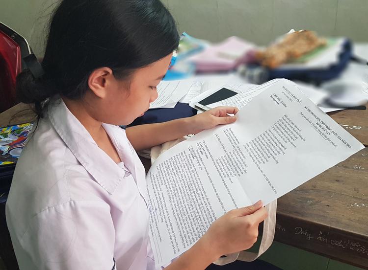 Thí sinh Ngân Giang với đề thi môn Ngữ Văn in trên giấy A3. Ảnh: Võ Thạnh