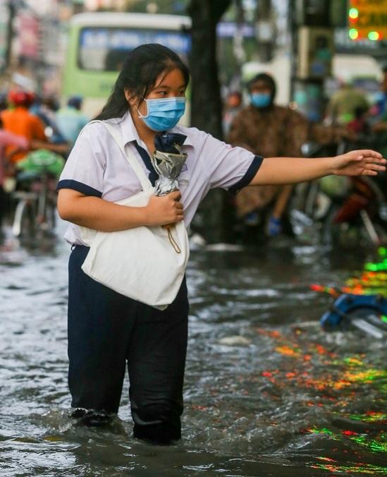 """<p class=""""Normal""""> Sau cơn mưa tầm tã, nhiều tuyến đường ở Sài Gòn ngập nặng. Trên đường Tô Ngọc Vân (quận Thủ Đức), nhiều đoạn nước ngập sâu quá đầu gối, thí sinh bì bõm lội về nhà.</p>"""