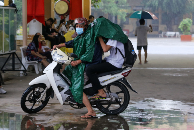 """<p class=""""Normal""""> Nhiều phụ huynh chạy xe máy vào tận cổng trường THPT Hiệp Bình đón con.</p>"""