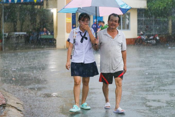 """<p class=""""Normal""""> """"Em cũng học ở điểm trường Hiệp Bình nên tự đi thi không cần cha mẹ đưa đón. Chiều nay mưa to quá lại không mang theo áo mưa nên cha đến đón về"""", Cẩm Tú giải thích.</p>"""