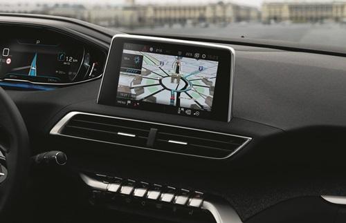 Xe sở hữu màn hình hiển thị thông số điện tử 12,3 inch, màn hình giải trí cảm ứng 8 inch, dàn nút bấm ở giữa bảng điều khiển trung tâm, vô lăng thể thao dạng vát D-cut và cần số điện tử. Không gian được thiết kế như buồng lái máy bay và đậm chất công nghệ với màn hình giải trí và nút bấm trung tâm có xu hướng xoay về phía người lái.