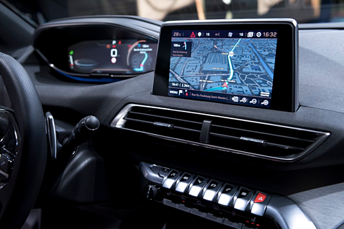 [Caption]Màn hình trung tâm giải trí cảm ứng 8 inch vơi snhiều tùy chọn hiển thị gồm màn hình điều hướng vệ tinh dạng 3D, giúp người lái có thể định vị chiếc xe và chọn hướng đi chỉ bằng cách ấn vào một điểm trên bản đồ. Tuỳ chọn trình điều khiển cho phép thay đổi màu sắc,cường độ sáng trong xe, cài đặt điều hòa, chế độ massage với 5 tùy chọn và 3 mức độ cho mỗi tùy chọn.Ngoài ra, i-Cockpit cũng có thể kết nối với smartphone thông qua Android Auto, Apple Carplay và Mirror Link, người lái chỉ cần bấm vào ứng dụng ngay trên màn hình mà không cần phải chạm vào điện thoại.