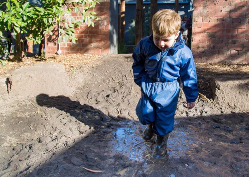 Trẻ em được khuyến khích nghịch bẩn, chơi với đất cát.Ảnh: Danielle Bonica