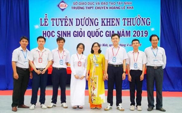Lễ tuyên dương học sinh giỏi quốc gia năm 2019 của trường THPT chuyên Hoàng Lê Kha. Ảnh: THPT chuyên Hoàng Lê Kha.