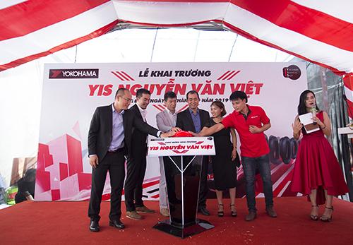 Đại diện Yokohama và YIS Nguyễn Văn Việt cùng tổ chức lễ khai trương cửa hàng