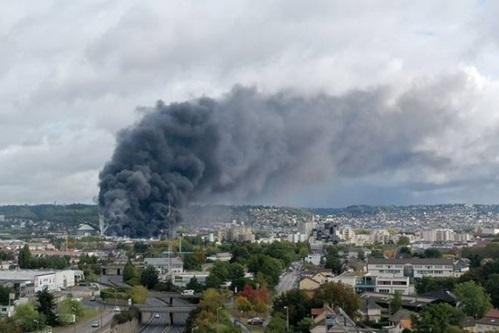 Khói đen bốc lên từ hiện trường vụ cháy nhà kho của nhà máy hóa chất ở phía bắc nước Pháp hôm nay. Ảnh: AFP.