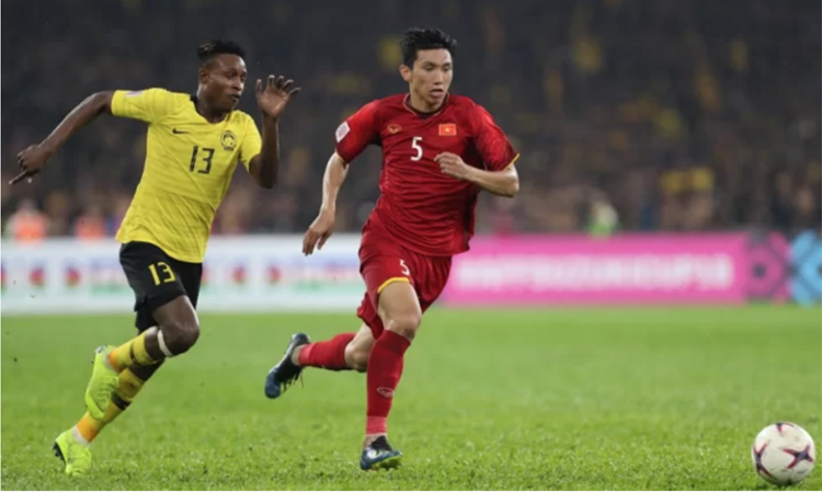 Đoàn Văn Hậu theo kèm tiền đạo Sumareh của Malaysia tại AFF Cup 2018.