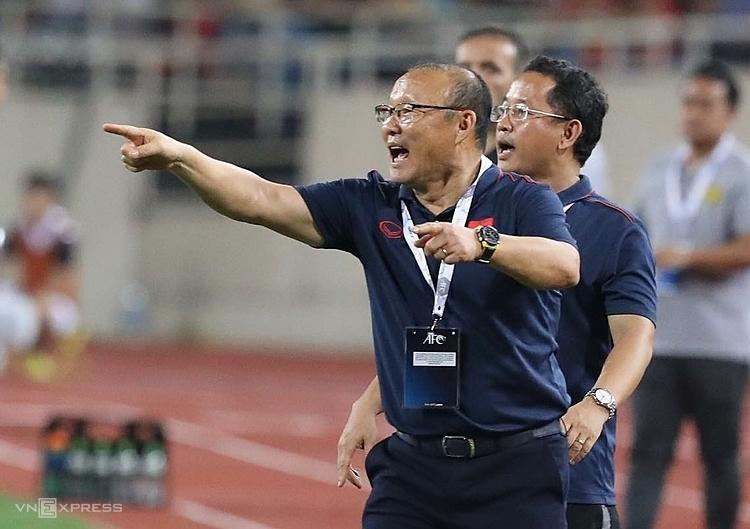 HLV Park Hang-seo chỉ đạo các học trò thi đấu trên sân Mỹ Đình tối 10/10. Ảnh: Ngọc Thành.