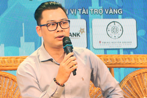 Ông Lương Tuấn Thành, Giám đốc Công nghệ tập đoàn CMC trao đổi với sinh viên tại buổi tọa đàm ngày 5/10. Ảnh: Tú Anh.