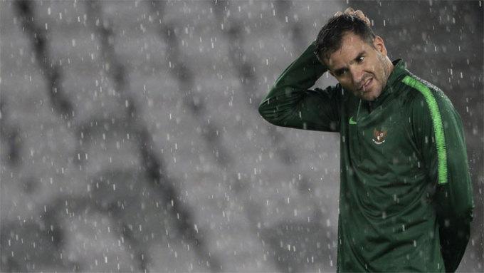 <p> <strong>Sự sáng tạo về chiến thuật:</strong> Indonesia đang chơi thiên về bóng dài. Điều này không khiến giới chuyên môn ngạc nhiên bởi HLV McMenemy đến từ Scotland, nơi nổi tiếng cùng Anh, Ireland và Wales là cái nôi của lối chơi này. Cách chơi hiện nay của Indonesia khác hẳn so với thời cựu HLV Luis Milla, người từng chơi cho Barca, Real và Valencia. Milla luôn chủ trương chơi bóng ngắn, kỹ thuậtphù hợp với sở trường của đội bóng xứ vạn đảo. Với sự bất đồng giữa truyền thống và chiến thuật hiện tại, Indonesia hứa hẹn sẽ lại trải qua một trận đấu khó khăn nữa trước Việt Nam.</p>