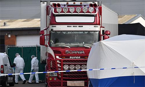 Nhân viên pháp y khám nghiệm hiện trường nơi phát hiện ra 39 thi thể trong container tại khu công nghiệp Waterglade, Essex, Anh ngày 23/10. Ảnh: AFP.