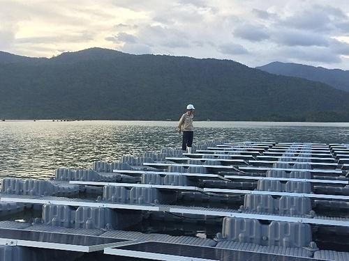 """Dự án điện mặt trời Đa Mi sử dụng phao nổi """"Made in Vietnam"""""""