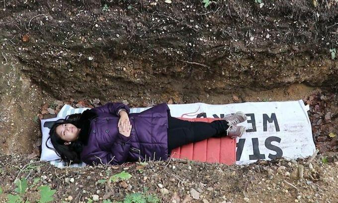 Sinh viên nằm dưới mộ giả để giải tỏa áp lực