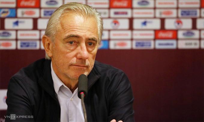 HLV Van Marwijk không giấu thất vọng trong cuộc họp báo sau trận. Ảnh: Ngọc Thành.